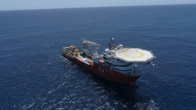 seabed constructor ship on the ocean aerial - zachodnie pismo filmów i materiałów b-roll