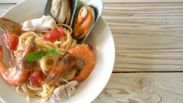 fisk och skaldjur pasta spaghetti - pasta vongole bildbanksvideor och videomaterial från bakom kulisserna