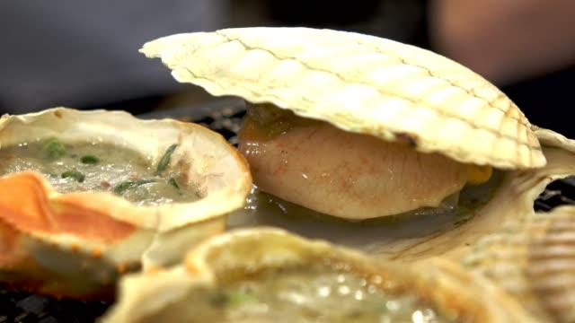 skaldjur pilgrimsmusslor grillad på fisk marknaden i japan - misosås bildbanksvideor och videomaterial från bakom kulisserna
