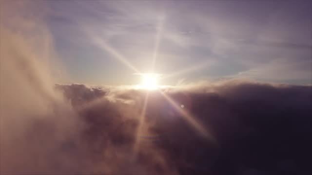 vídeos de stock, filmes e b-roll de imagens aéreas perfeitas em nuvens ao nascer do sol - vídeo looped - continuidade