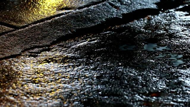 nahtlose schleife lichtreflexion auf nasser straße zu warnen - kontrastreich stock-videos und b-roll-filmmaterial