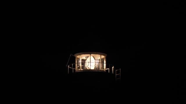 nahtlose schleife leuchtturm in der nacht - leuchtturm stock-videos und b-roll-filmmaterial