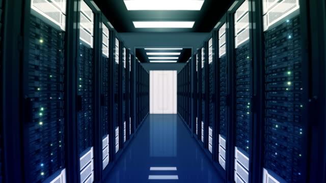 sömlös rörelse genom serverrack med öppna dörrar i datacenter. vackra loopas 3d-animering med fladdrande dator ljus. big data cloud teknik konceptet. - server room bildbanksvideor och videomaterial från bakom kulisserna