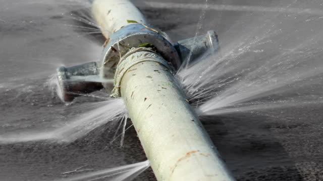 vídeos y material grabado en eventos de stock de el agua en bucle sin problemas se filtra desde el agujero de una manguera. - tubería
