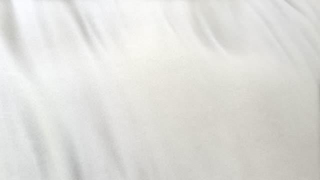 選択焦点を合わせるフルフレームの白旗布をシームレスにループ - 布点の映像素材/bロール