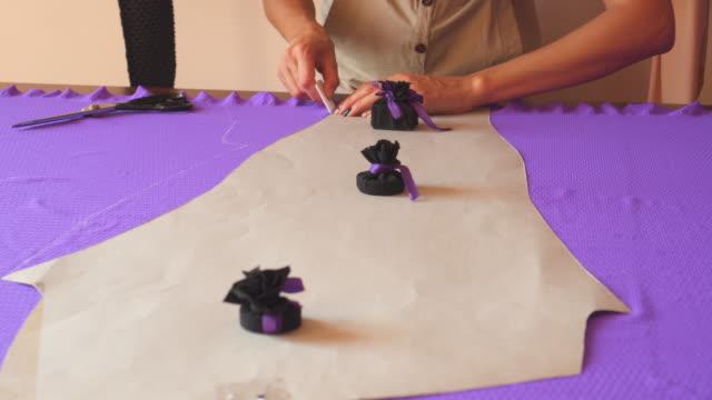 schneiderin kennzeichnung stoff mit kreide - einzelne frau über 30 stock-videos und b-roll-filmmaterial