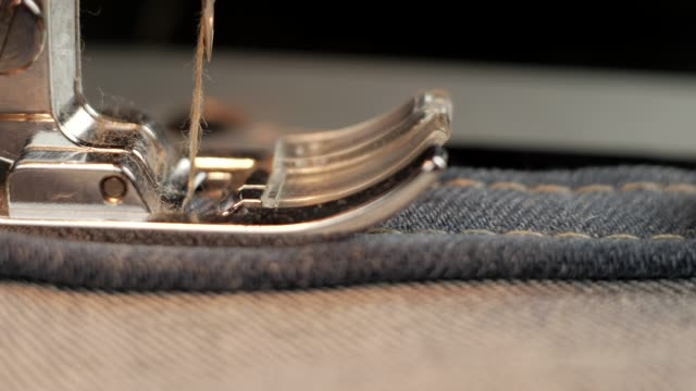 costura costura jeans jeans azul em uma máquina de costura - vídeo