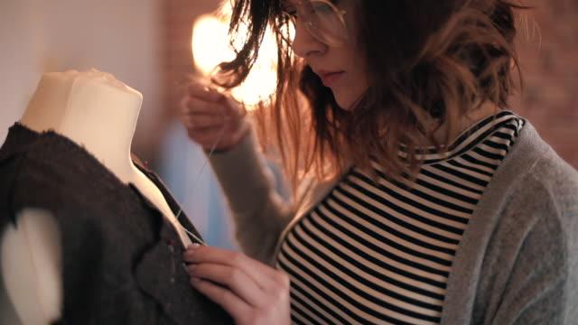 seamstress sewing dress on mannequin - sarta video stock e b–roll