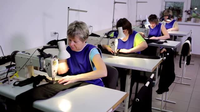vidéos et rushes de les couturières travaillent dans la même pièce. - coudre