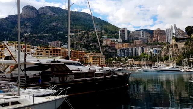 vídeos de stock, filmes e b-roll de porto com iates e barcos sob a montanha, férias em cidade pequena estância - marina