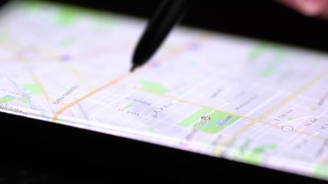 vídeos y material grabado en eventos de stock de mapa de búsqueda de teléfono inteligente - dirección