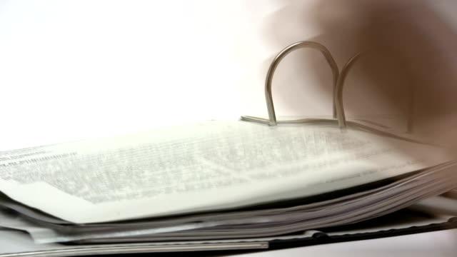 vídeos de stock e filmes b-roll de procurar um documento - dossier