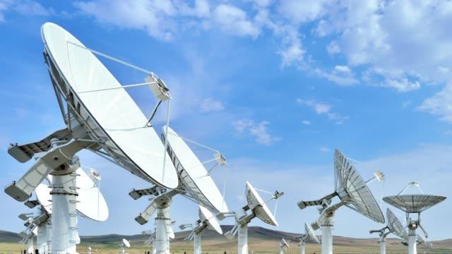 vídeos y material grabado en eventos de stock de 4k: matriz de telescopios en busca - mástil