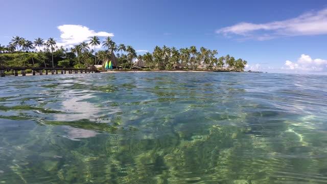 フィジーのリゾートで、熱帯の海の絵 - リゾート点の映像素材/bロール
