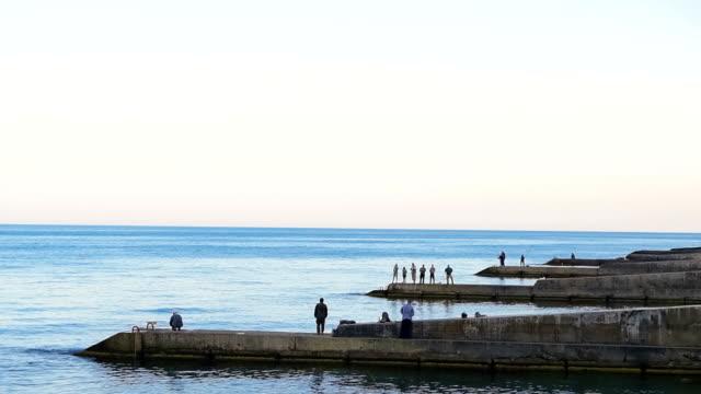 vídeos de stock e filmes b-roll de vista do mar com os pescadores - fishman