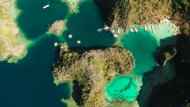 paesaggio marino con lagune e acqua turchese - filippino video stock e b–roll