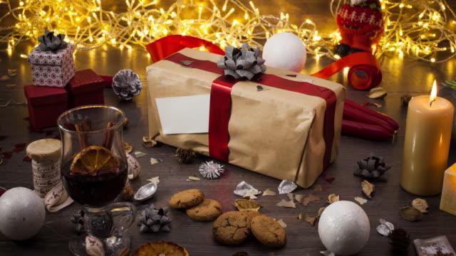 Retrouvez-vous autour de la saison des décorations de Noël et Nouvel An à présenter - Vidéo