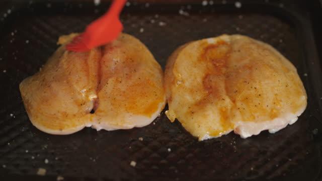 krydda kycklingbröst för rostning - marinad bildbanksvideor och videomaterial från bakom kulisserna