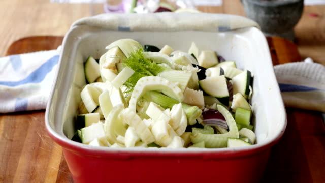 stockvideo's en b-roll-footage met kruiden groente voor roosteren - venkel