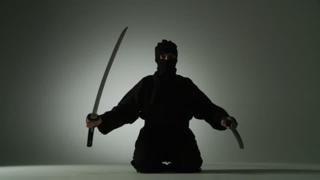 vídeos de stock, filmes e b-roll de sentados swordsman - artes marciais