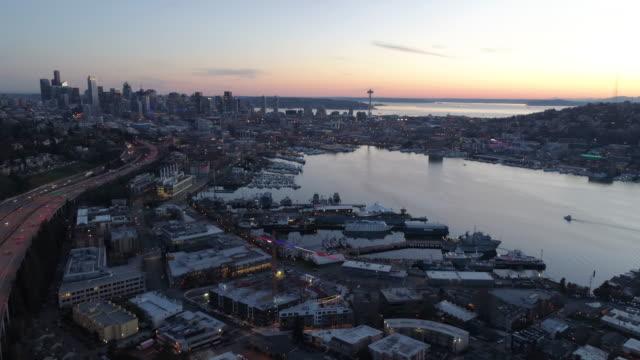 시애틀 다운 타운 호수 산 건물의 놀라운 파노라마 공중 보기 스카이라인 선셋 베이 동네 - seattle 스톡 비디오 및 b-롤 화면