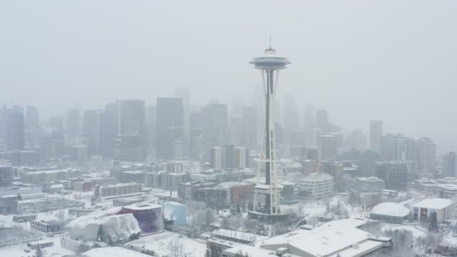 시애틀 블리자드 겨울 눈 덮인 날 다운타운 스카이 라인 도시 풍경의 공중 보기 - 추운 날씨 눈 폭풍 냉동 건물 - seattle 스톡 비디오 및 b-롤 화면