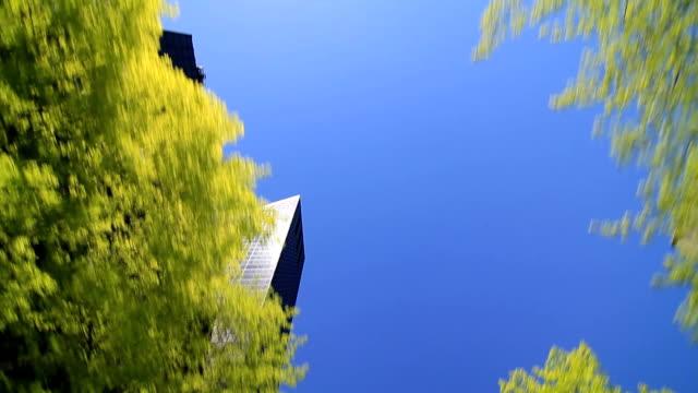 vidéos et rushes de conduite avec vue sur le ciel de ville de seattle - vue en contre plongée verticale