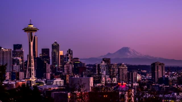 시애틀 시내 저속 촬영 앳 선셋 - seattle 스톡 비디오 및 b-롤 화면