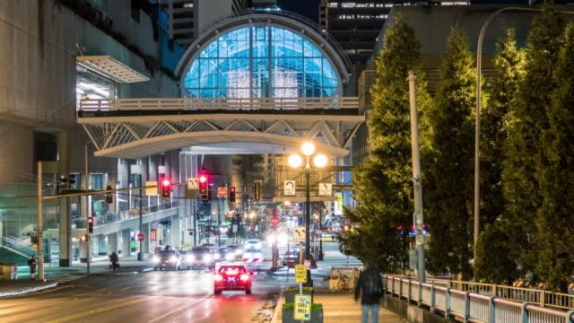 seattle kongre merkezi gece hızlandırılmış dönen şehir sokakları - seattle stok videoları ve detay görüntü çekimi