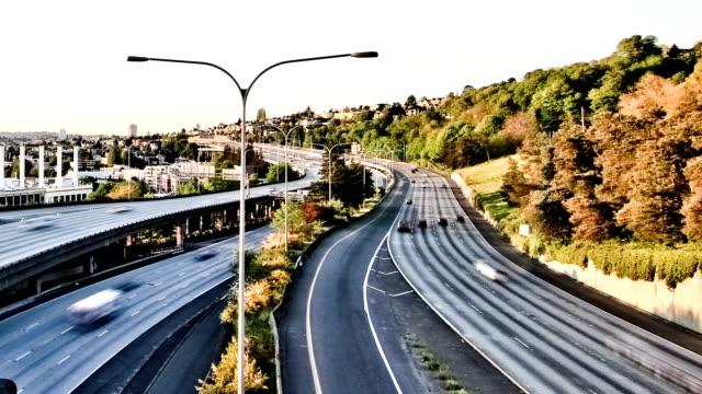 vídeos de stock, filmes e b-roll de seattle a i-5 de efeito de zoom de intervalo de tempo - dividindo carro