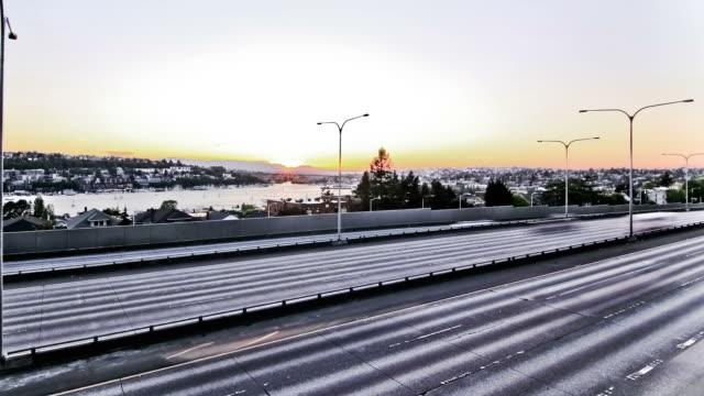 vídeos de stock, filmes e b-roll de seattle a i-5 de efeito lapso de tempo do pôr-do-sol - dividindo carro