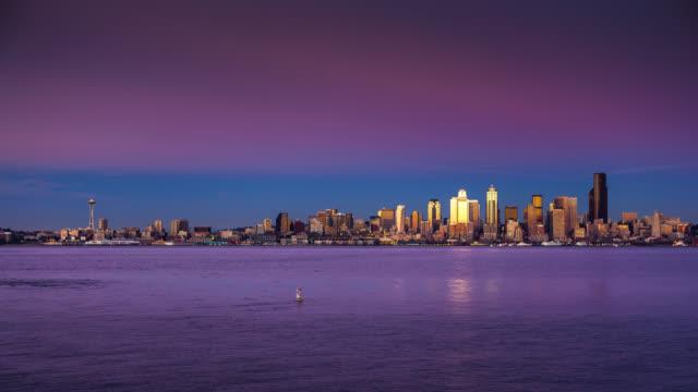 vídeos de stock e filmes b-roll de seattle skyline from alki - day to night time lapse - frente ao mar
