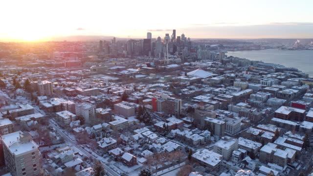 시애틀 워싱턴 공중 보기 겨울 눈 일출 광선 도시 시내 이상의 비행 - seattle 스톡 비디오 및 b-롤 화면