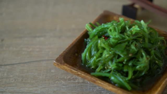 seetang salat-japanischer stil - algen stock-videos und b-roll-filmmaterial