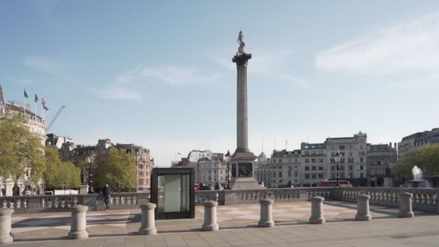en 25 sekunders dolly skott av en tom trafalgar square london, på en härlig våreftermiddag - nedstängning bildbanksvideor och videomaterial från bakom kulisserna
