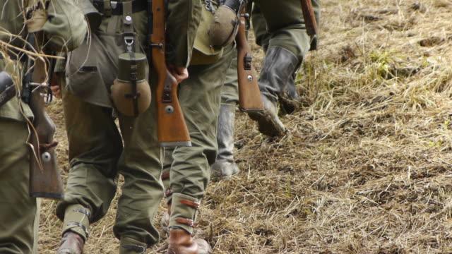 vídeos y material grabado en eventos de stock de segunda guerra mundial los soldados estadounidenses marchando a la línea de frente - personal militar