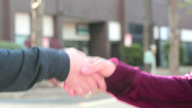 secret hand schütteln - menschlicher finger stock-videos und b-roll-filmmaterial