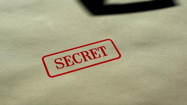 秘密シール用紙の背景にスタンプ、アクセスが制限されて、閉鎖 - クラシファイド広告点の映像素材/bロール