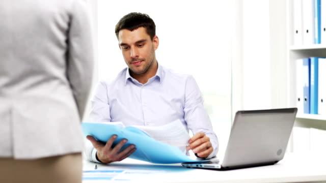 sekretärin oder assistentin und geschäftsmann mit laptop computer und ordner office - unterordnung stock-videos und b-roll-filmmaterial