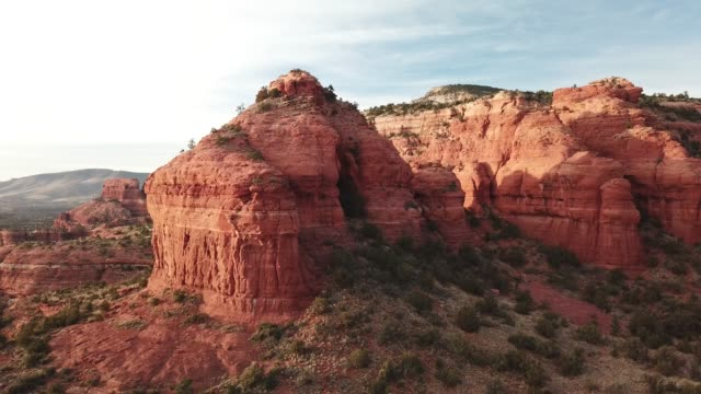 vista aerea sedona red rock mountains - red rock video stock e b–roll