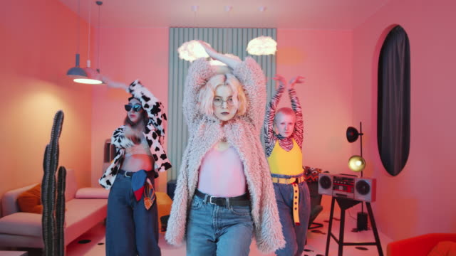 vídeos y material grabado en eventos de stock de seductora fantasía mujeres bailando vogue para la cámara en vintage studio - moda vintage