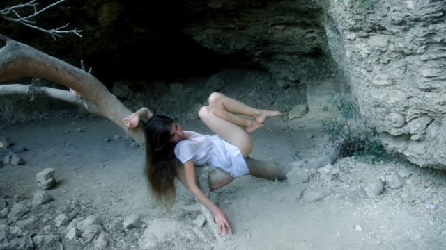 セダクティブに横たわる少女は、木の幹 - 清らか点の映像素材/bロール