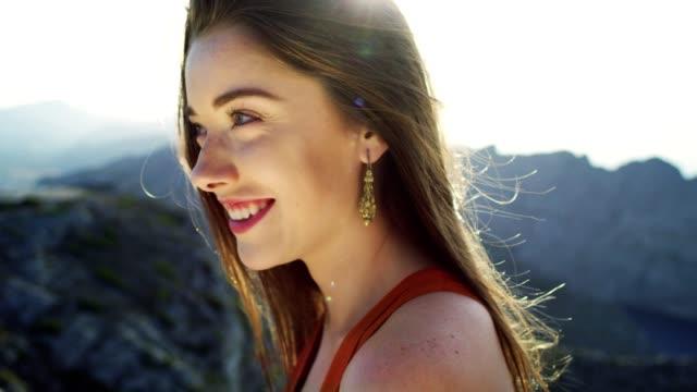 自由を楽しむ魅惑的な女性。海の眺め - 誘惑点の映像素材/bロール