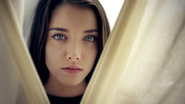 透明なカーテンの後ろに隠れている魅惑的な女性。肖像 画 - 誘惑点の映像素材/bロール