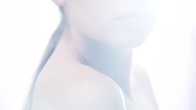 stockvideo's en b-roll-footage met verleidelijke vrouw lippen ' close-up. gezicht huidverzorging. lens fakkels - paardenstaart haar naar achteren