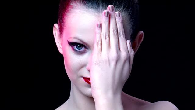 魅力的な若い女性にポーズ - 都会的ファッション点の映像素材/bロール