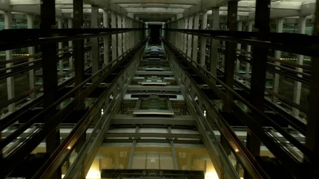 vedere attraverso il soffitto di ascensore carrello elevatore con albero e libertà di movimento - ascensore video stock e b–roll