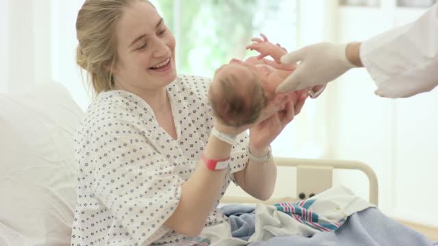 Sehen ihr Baby zum ersten Mal – Video