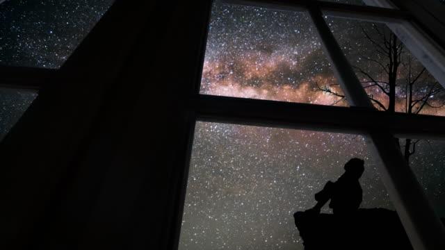 vídeos y material grabado en eventos de stock de visto a través de la ventana con la vía láctea - la vía láctea