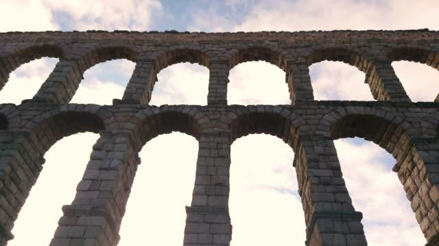 stockvideo's en b-roll-footage met aquaduct van segovia spanje - boog architectonisch element